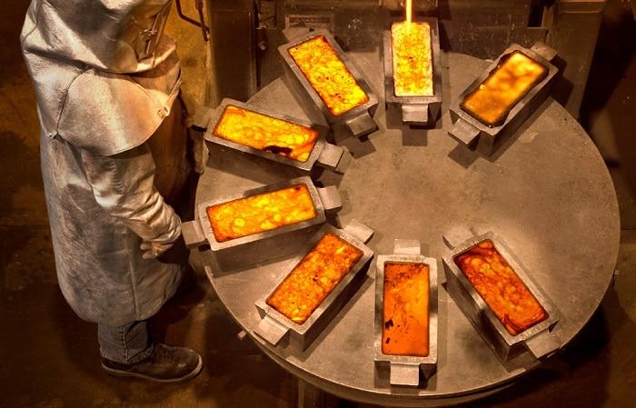 Refineria con moldes de oro