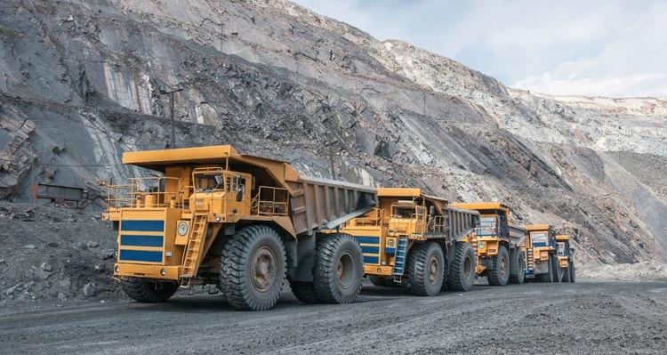 Camiones transportando metales preciosos desde la mina