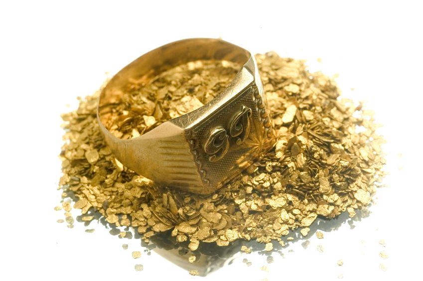 Pepitas y anillo de oro