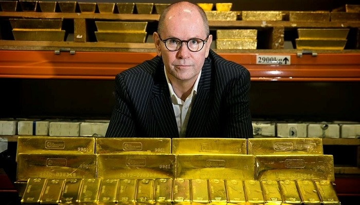 Richard Hayes CEO Perth Mint con lingotes de oro