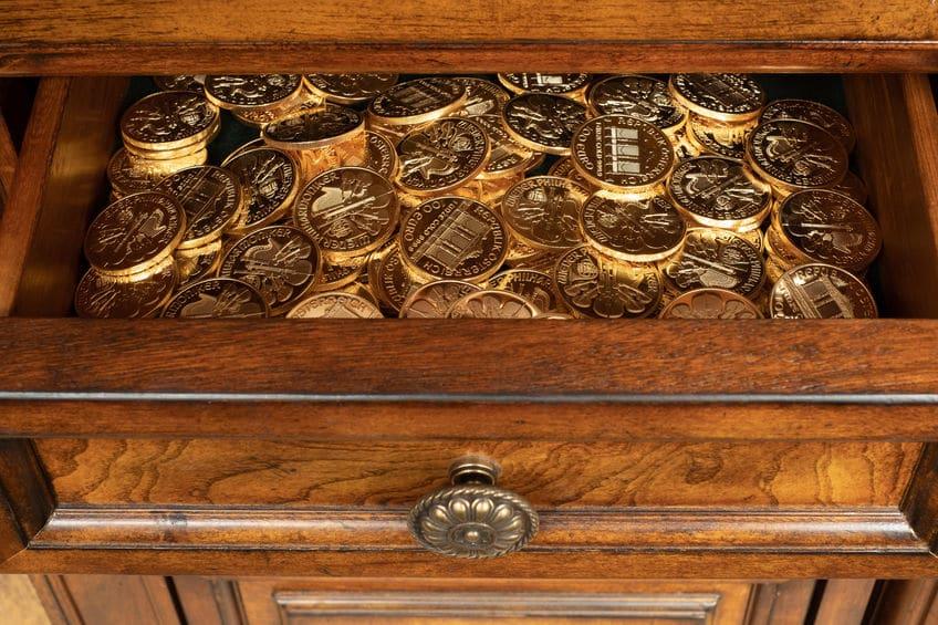 Monedas de oro en el cajón